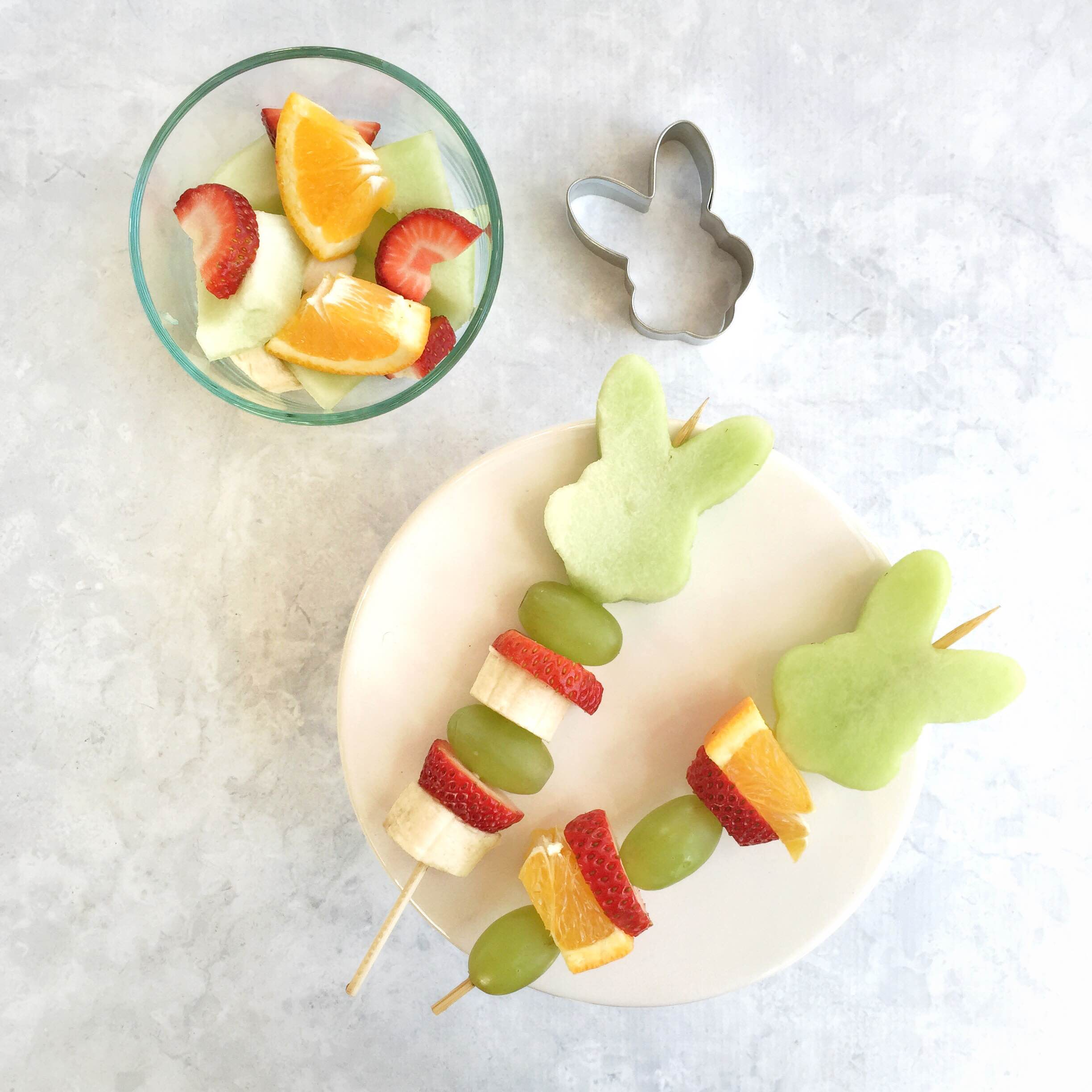 Easter fruit kabobs for kids! Healthy Easter snack idea @ momlifemusthaves.com