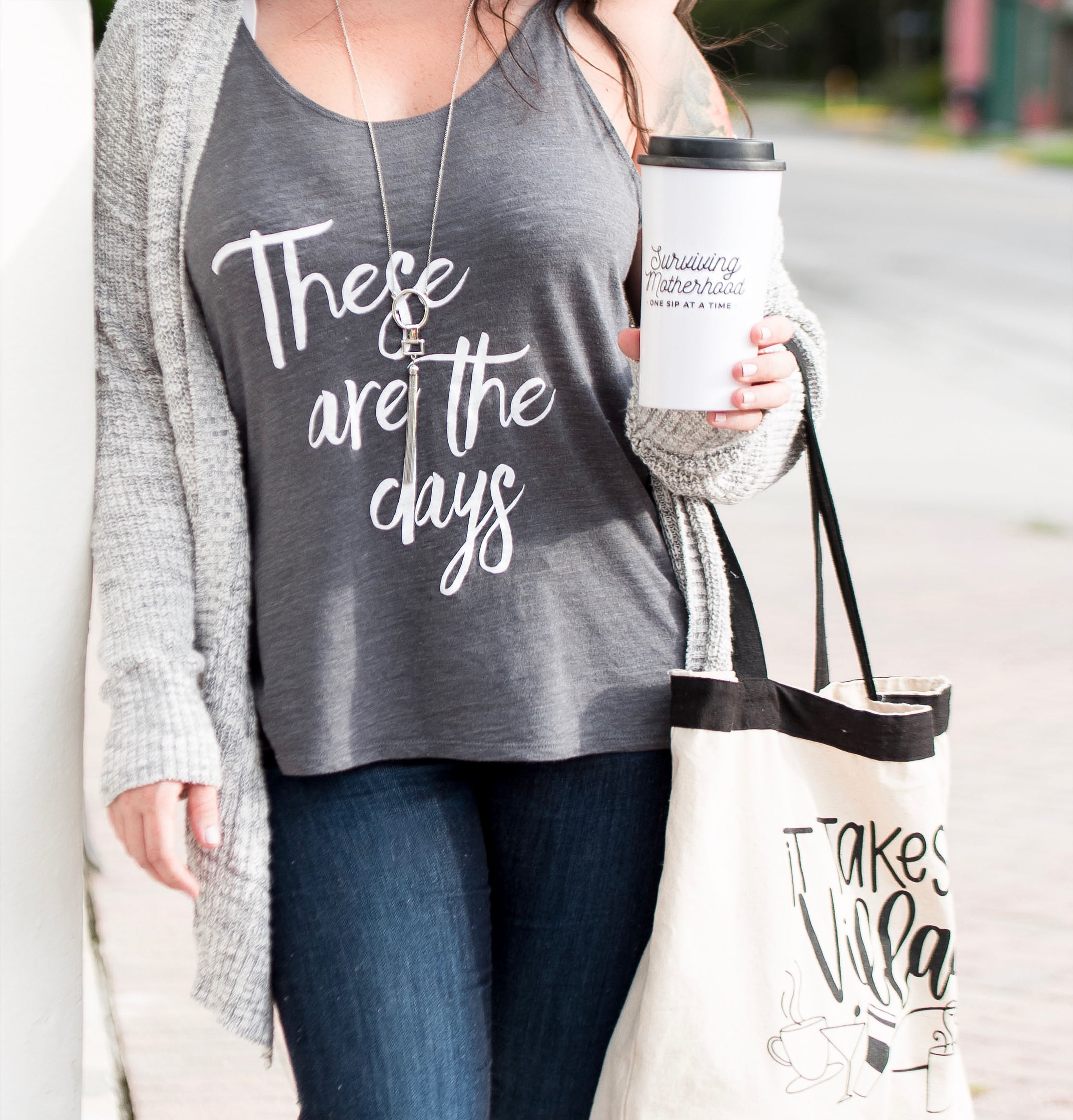 Outfit ideas: graphic tees that go from summer to fall. Fall and summer fashion for moms @ momlifemusthaves.com