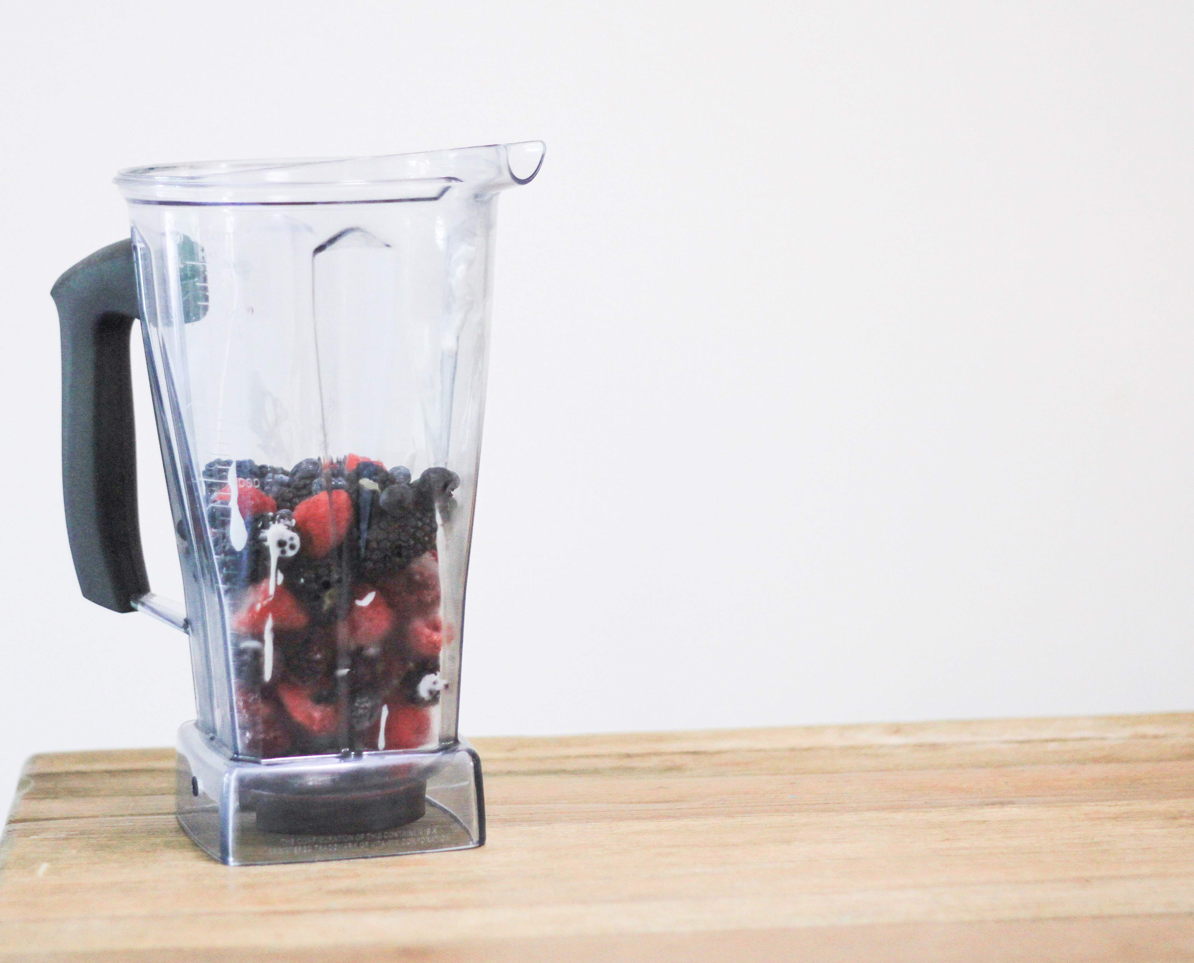 Layered berry smoothie recipe, easy smoothie ideas for kids from Mom Life Must Haves! momlifemusthaves.com