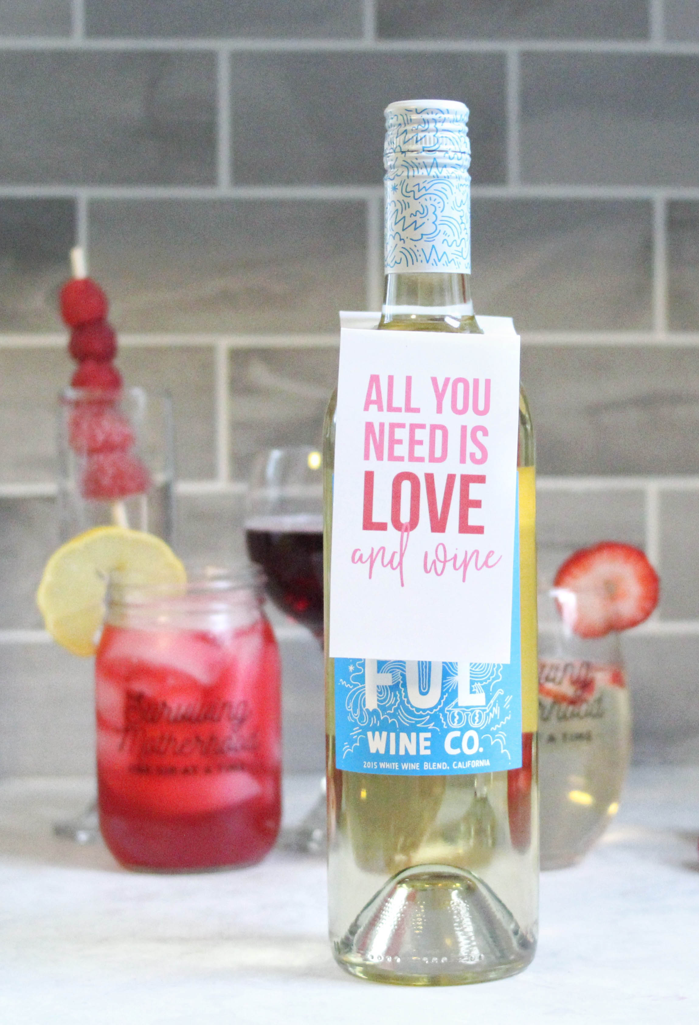 alentine's Day cocktail and mocktail recipes. Drinks + spritzers for Galentine's Day, with free printable wine tags for Valentine's Day! www.momlifemusthaves.com