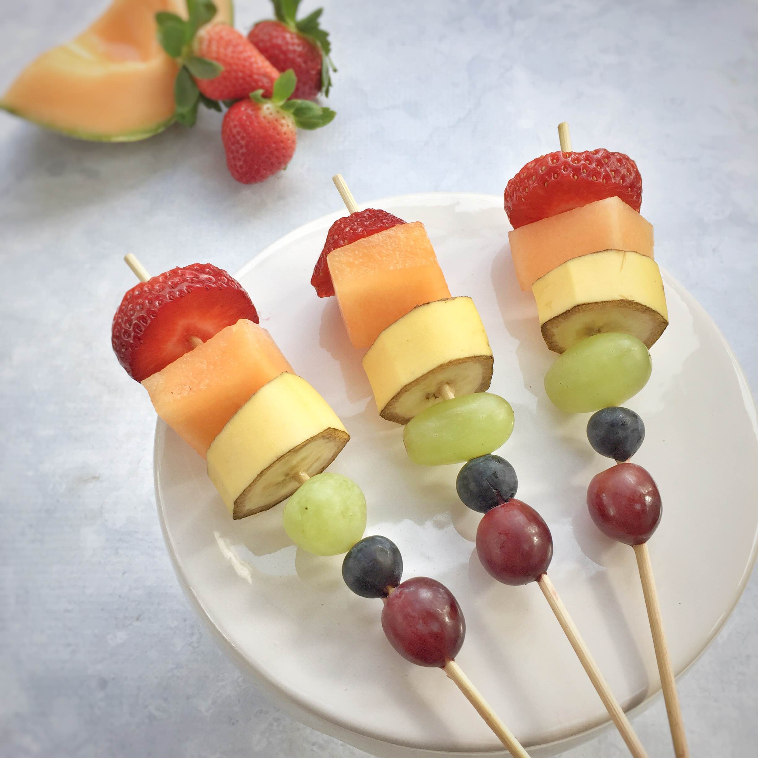 Rainbow fruit kabobs for kids on St Patricks Day. www.momlifemusthaves.com